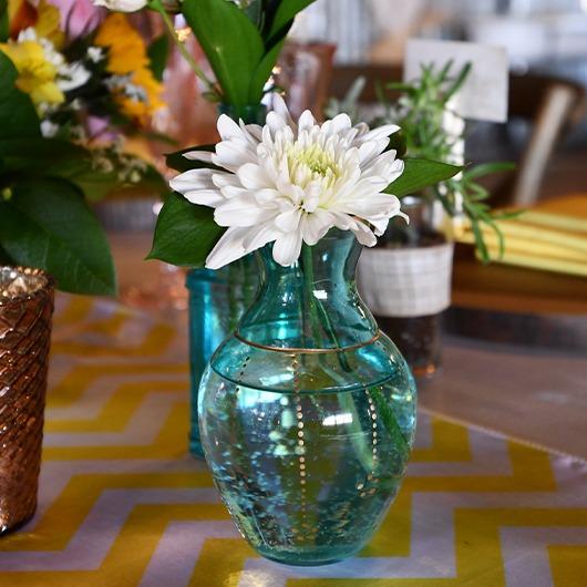 bud vase with daisy
